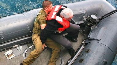 Benjamin Netanyahu se desequilibrou quando desembarcava de navio militar e foi ajudado por um soldado