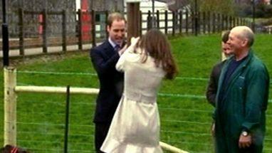 """Casal visitou a Irlanda do Norte e a noiva do príncipe britânico mostrou que também """"põe a mão na massa"""""""