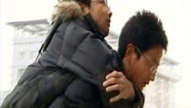 Gêmeos com doença na coluna intrigam a Ásia; família junta dinheiro para operação