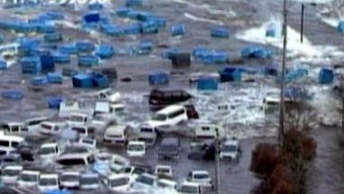 Imagens mostram chegada da onda gigante que arrastou centenas de veículos e até uma casa