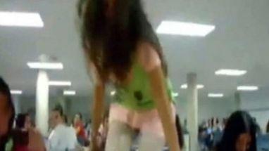 Espanhola desafia amigo e resolve dançar em cima de mesa