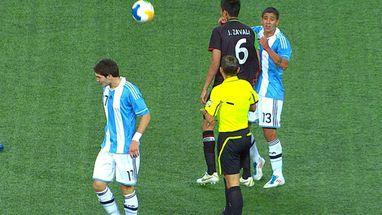Eduardo Zavala manda bem na atuação, o arbitro cai e expulsa David Achucarro da Argentina