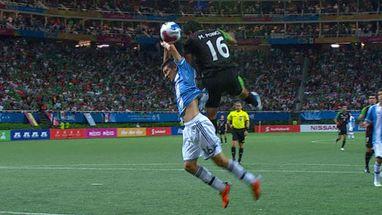 Na final do futebol masculino, argentino mete a mão na bola dentro da área, mas juiz não marca nada