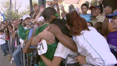 Solonei Silva, ouro na maratona, comemorou muito com os torcedores