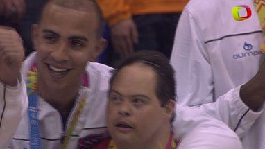 Entre sorrisos e lágrimas, medalhistas de ouro continuam a cantar o hino mesmo depois do fim da execução