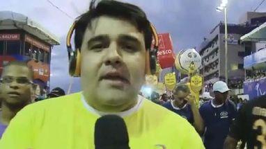 Repórter entrevistava foliões quando trio que vinha logo atrás se aproximou