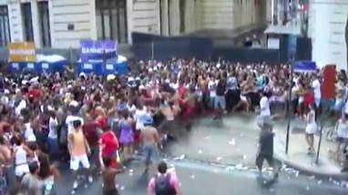 Confusão teria sido registrada no bloco da cantora Preta Gil; um dos homens chega a ser espancado por vários agressores