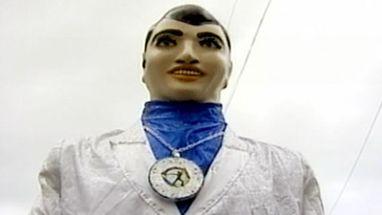 Cerca de 150 bonecos encantaram os foliões no desfile que há 25 anos enche de colorido a terça-feira de Carnaval