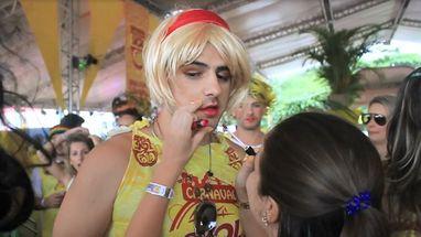 """Homens capricham no figurino e usam camarote da Skol para reforçar """"maquiagem"""" durante Bloco dos Sujos, em Florianópolis."""
