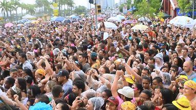 Nem a chuva diminuiu a alegria do público que acompanhou Latino no trio elétrico da Skol Folia, no centro de Floripa.